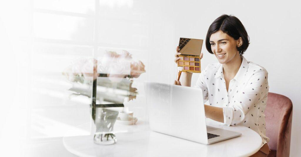 Mujer en su computadora viendo un video promocional.