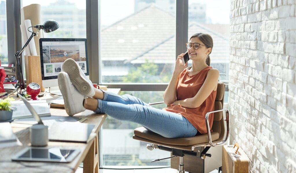 Mujer que trabajan en una empresa de relaciones públicas digitales, comunicándose con periodistas y blogueros.