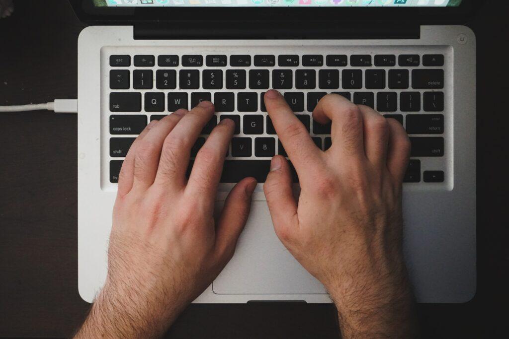 Persona utilizando su computador para escribir un guest post