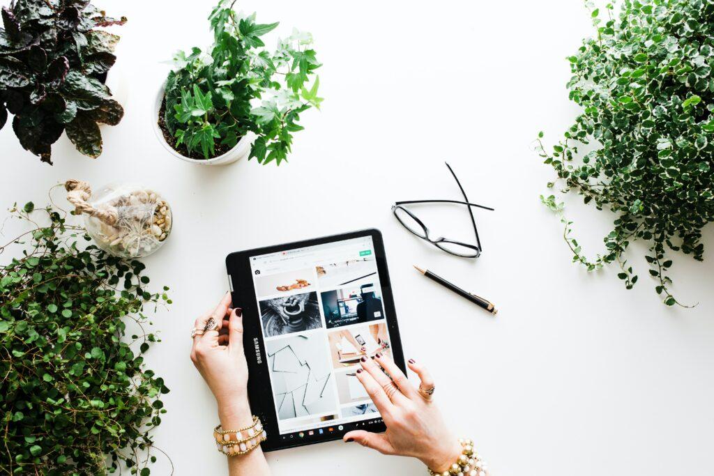 Mujer usando su tablet buscando información sobre contenido digital