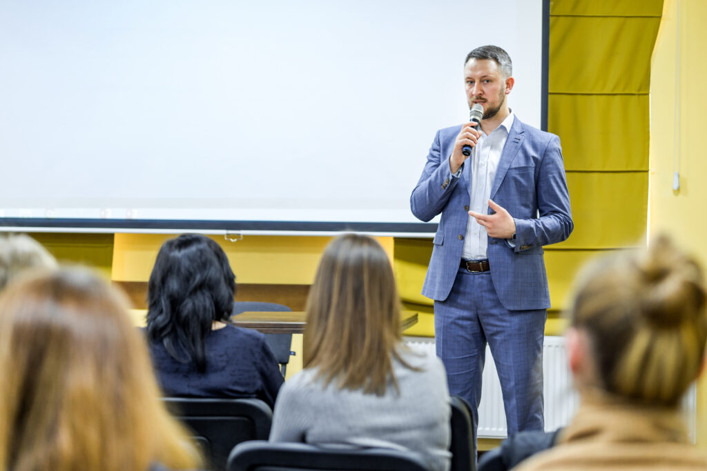 Hombre de dando un discurso sobre cómo convertirse en un líder de opinión en línea.