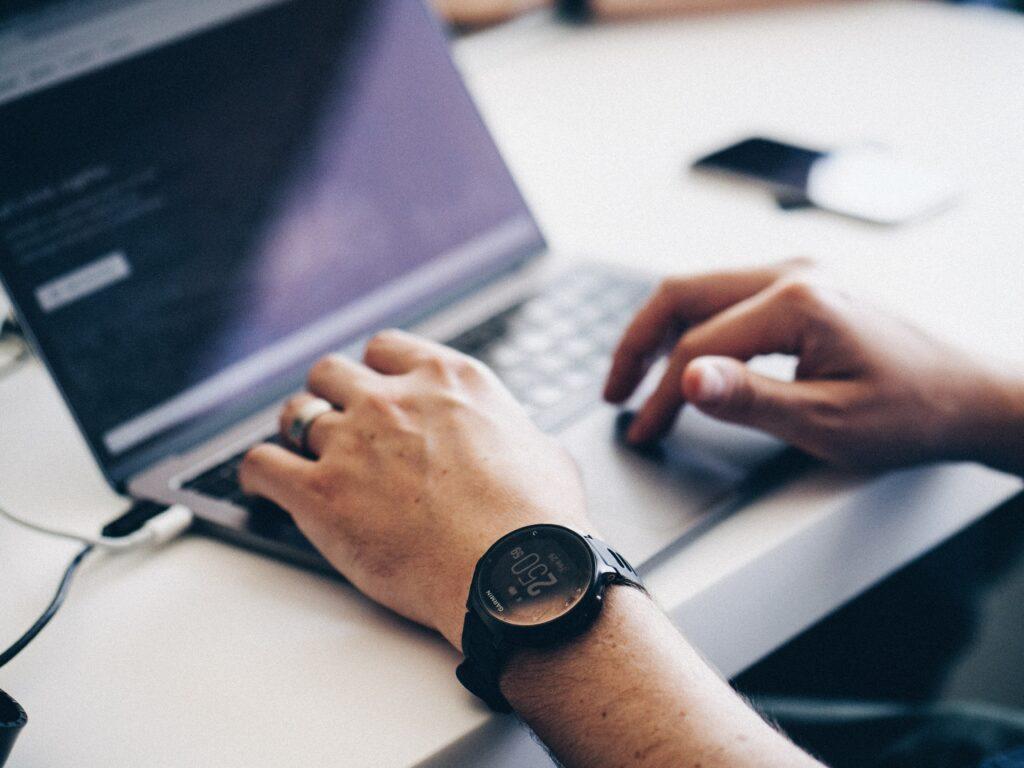 Hombre utilizando su computador portatil para una estrategia de guest posting.