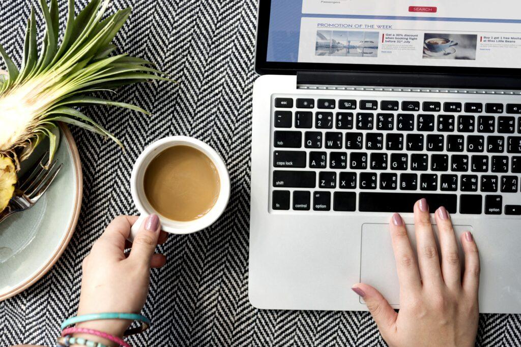 Mujer utilizando un computador para buscar información sobre relaciones públicas en línea.