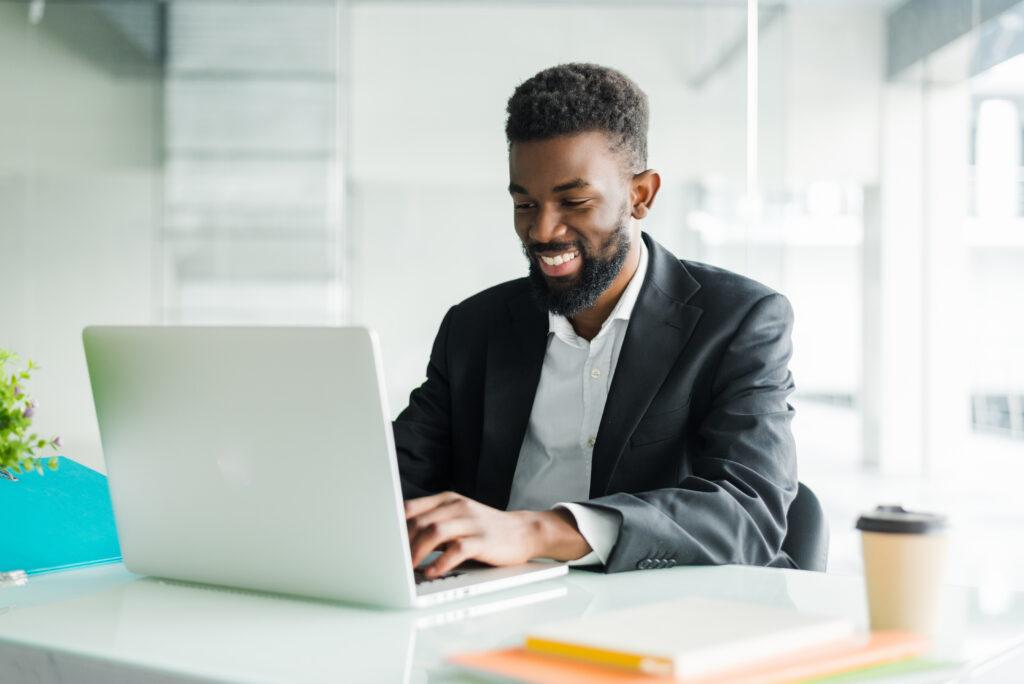 Hombre en su computador buscando información sobre un perfil público en línea.