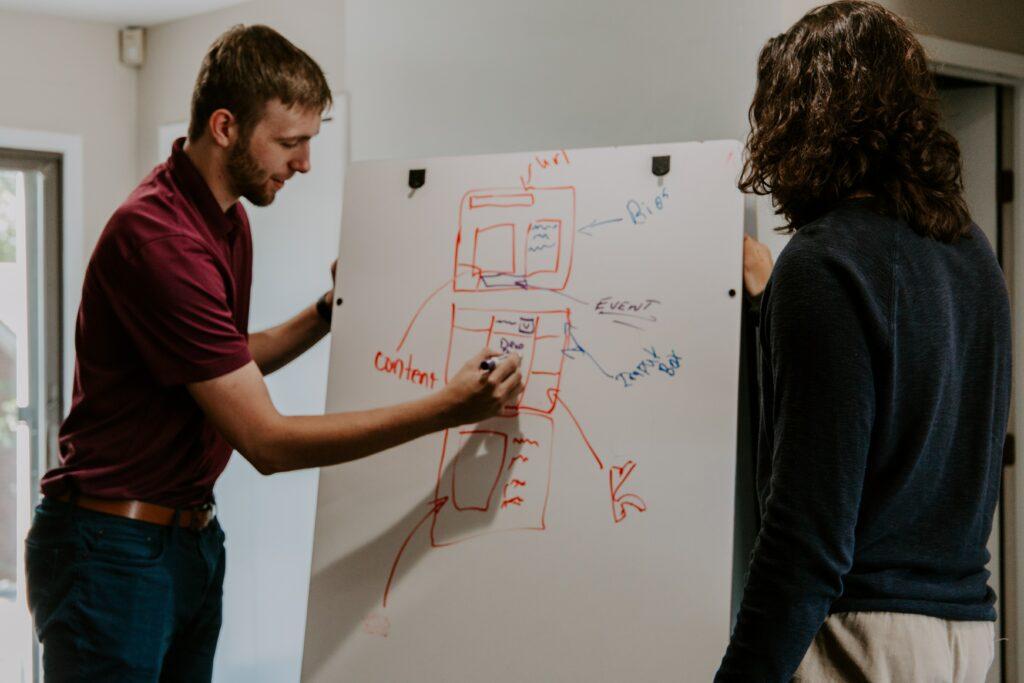Dos personas hablando sobre la importancia del contenido digital