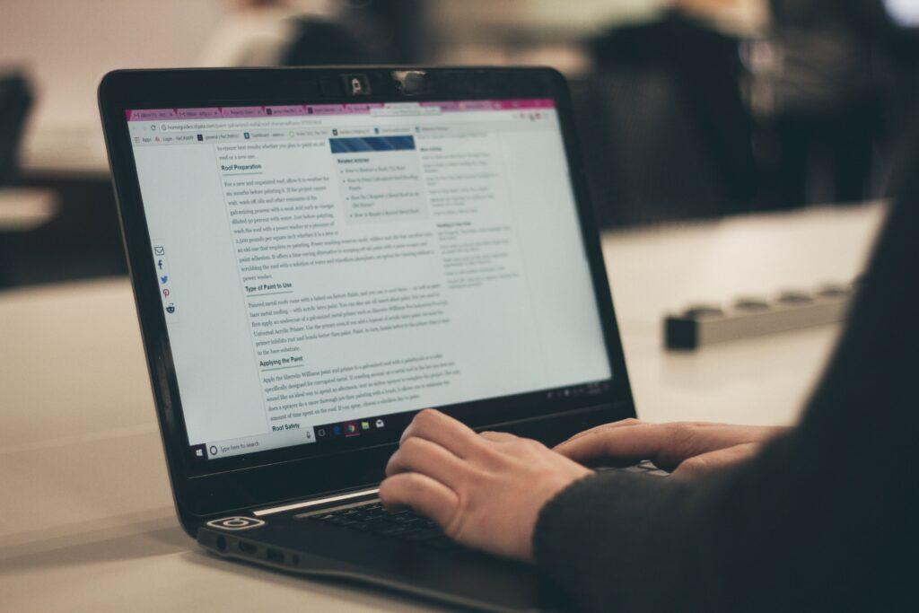 Hombre buscando información sobre contenido digital