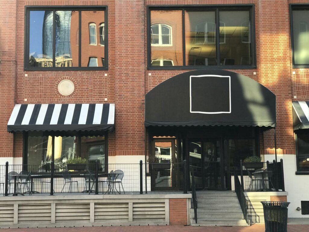 Exterior de un restaurante con el logo en la entrada