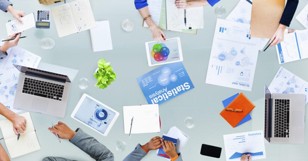Grupo de compañeros de trabajo discutiendo sobre una estrategia de marketing.