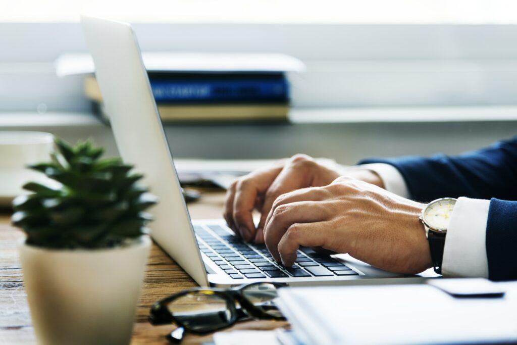Hombre de negocios escribiendo un guest post en su computador