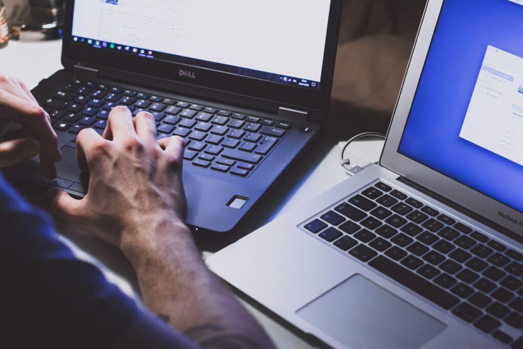 Hombre escribiendo un guest post en su computadora.