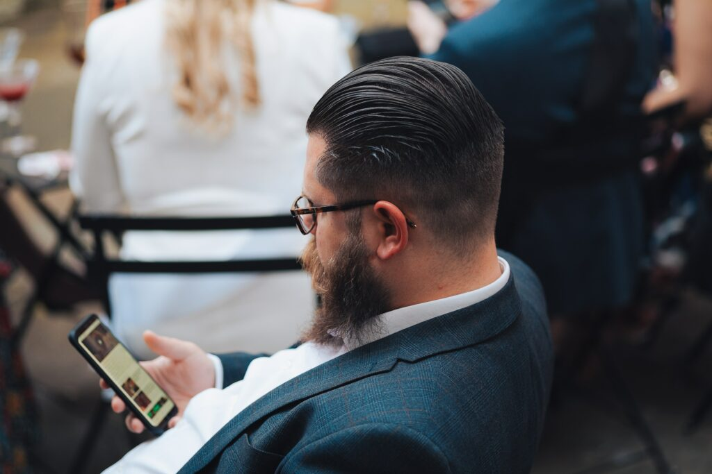 Hombre creando un perfil público en línea desde su celular.