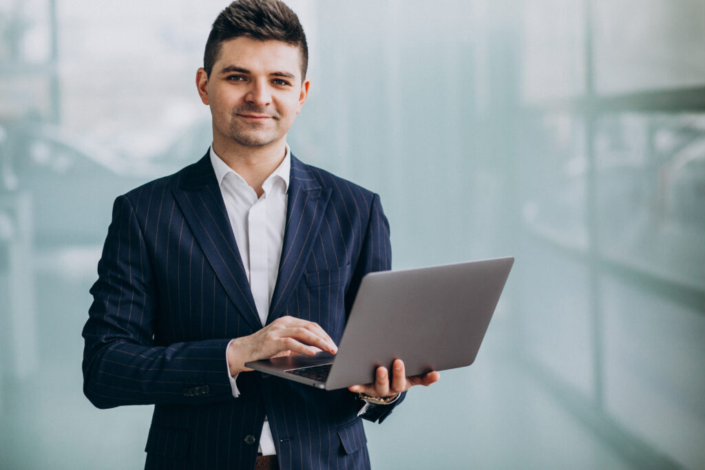 Líder de opinión con su computadora.