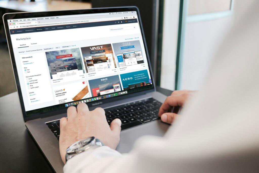 Hombre utilizando un computador para buscar información sobre relaciones públicas en línea.