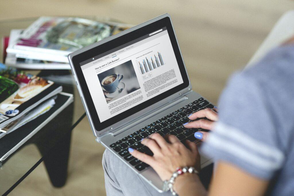 Mujer utilizando su computador para redactar un guest post