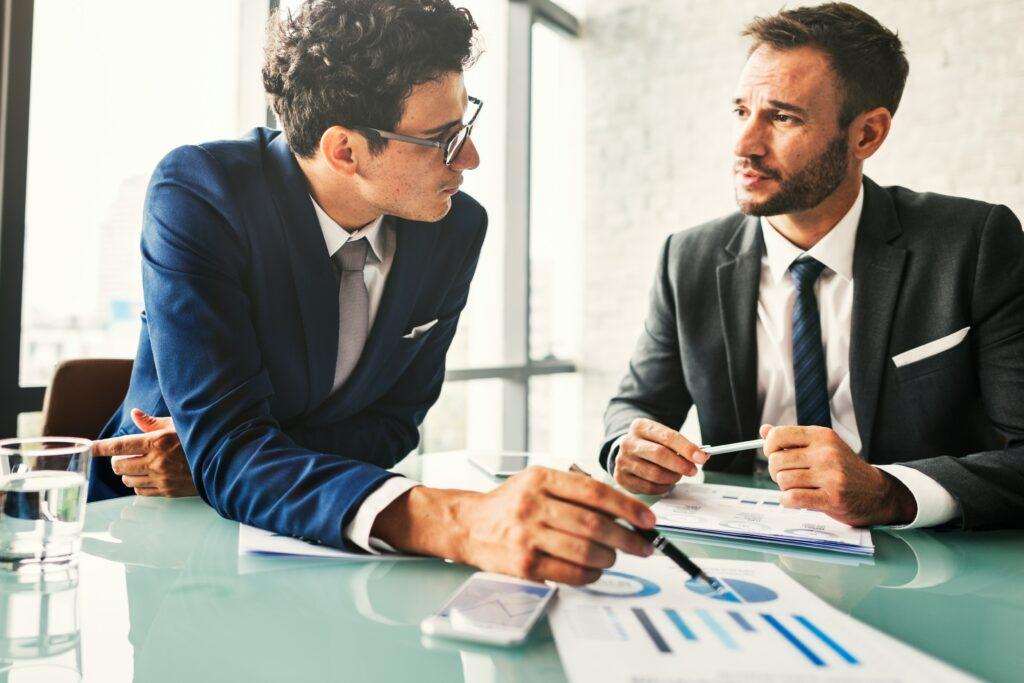 Dos ejecutivos discutiendo sobre relaciones públicas digitales.