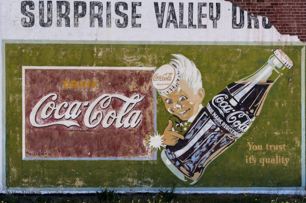 Logo de Coca Cola en un muro.