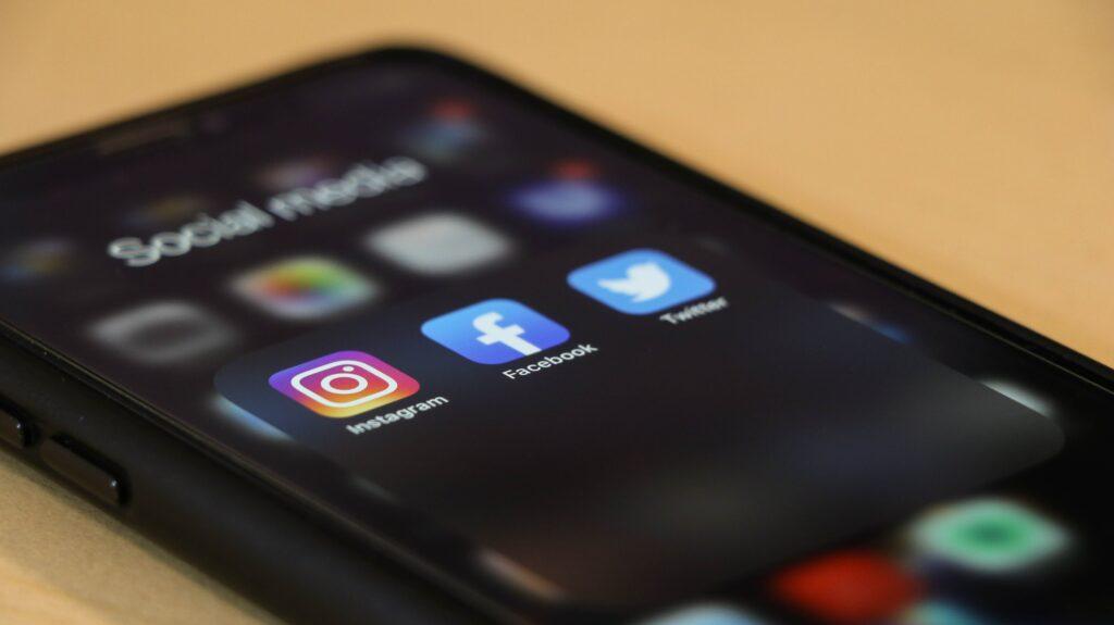 Celular en una mesa enfocando la aplicación Instagram, a través de la cual se pueden hacer videos promocionales.