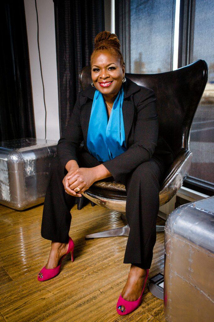 Mujer experta en marketing sentada sonriendo a la cámara.