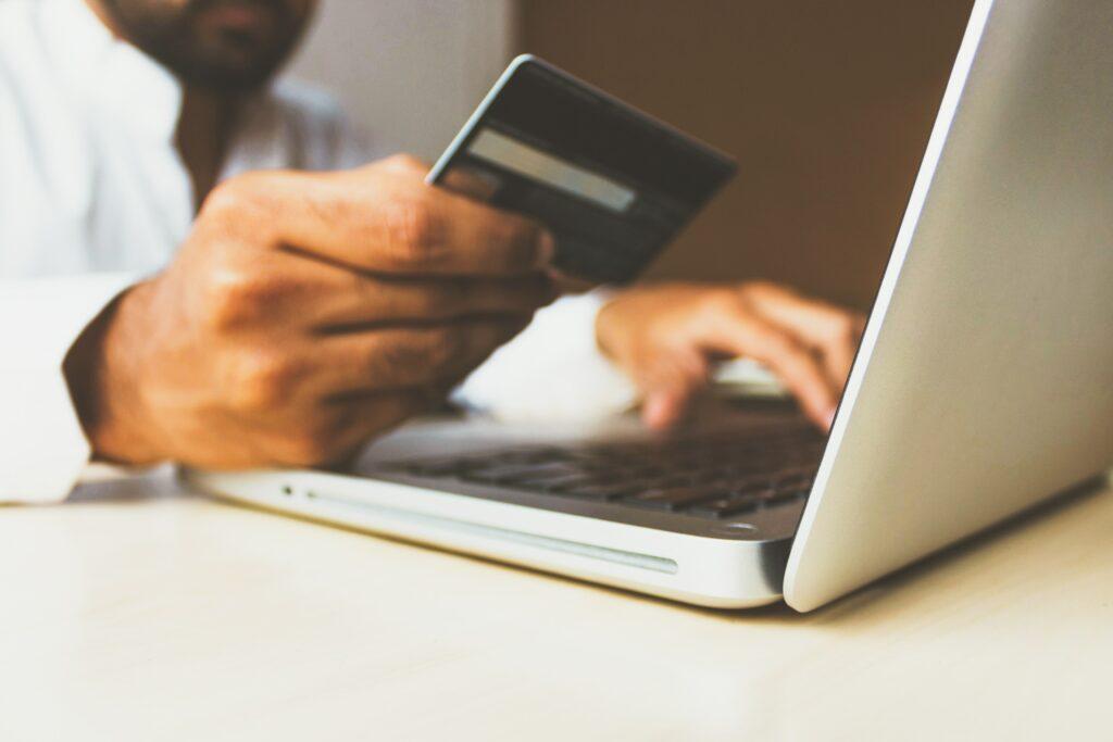 Hombre haciendo una compra virtual, representando a una persona que quiere pagar un curso de presencia digital.