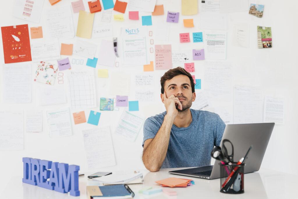 Un empleado pensando en su marca personal en línea