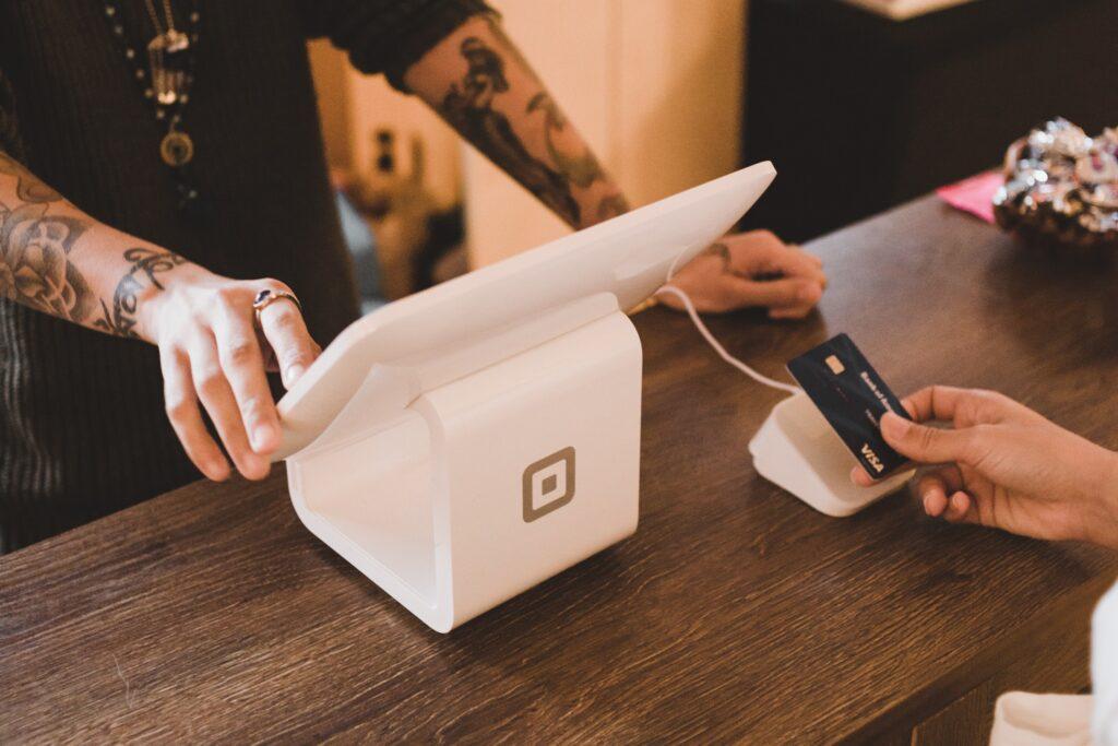El diseño del logotipo de empresa es especialmente útil para crear lealtad a la marca y establecer una conexión con el consumidor.