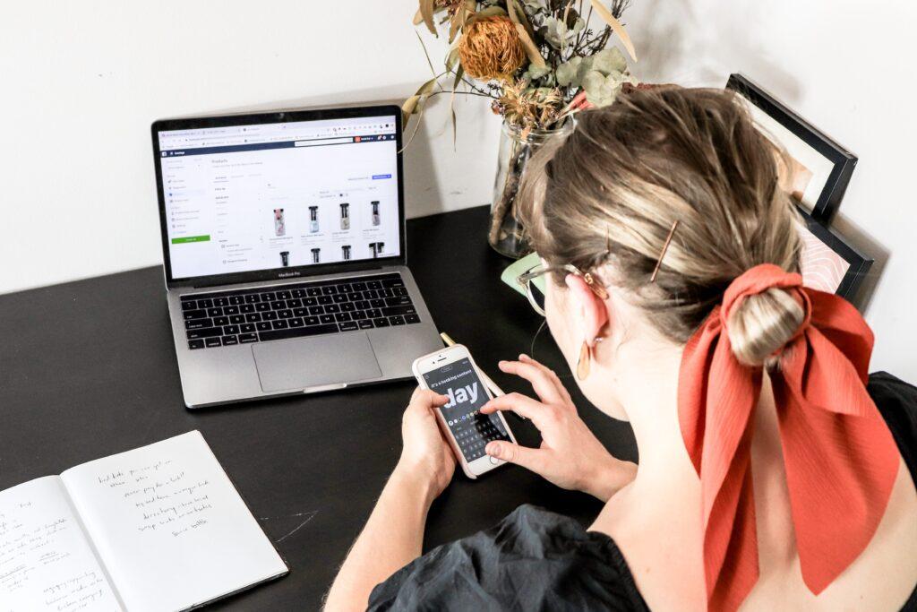 Una empleada creando su marca en línea