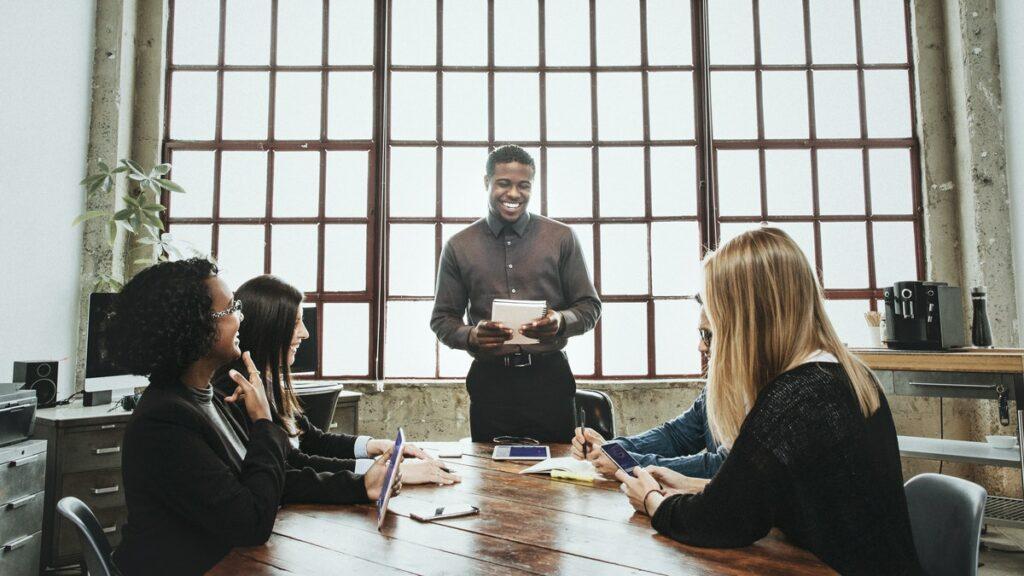 Foto de personas en un meeting profesional, representando un equipo trabajando en marketing online