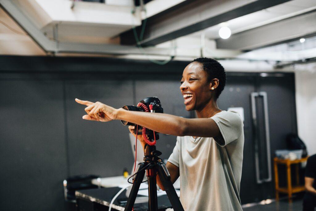 Una mujer creando vídeos promocionales en línea para Biz Online Marketing