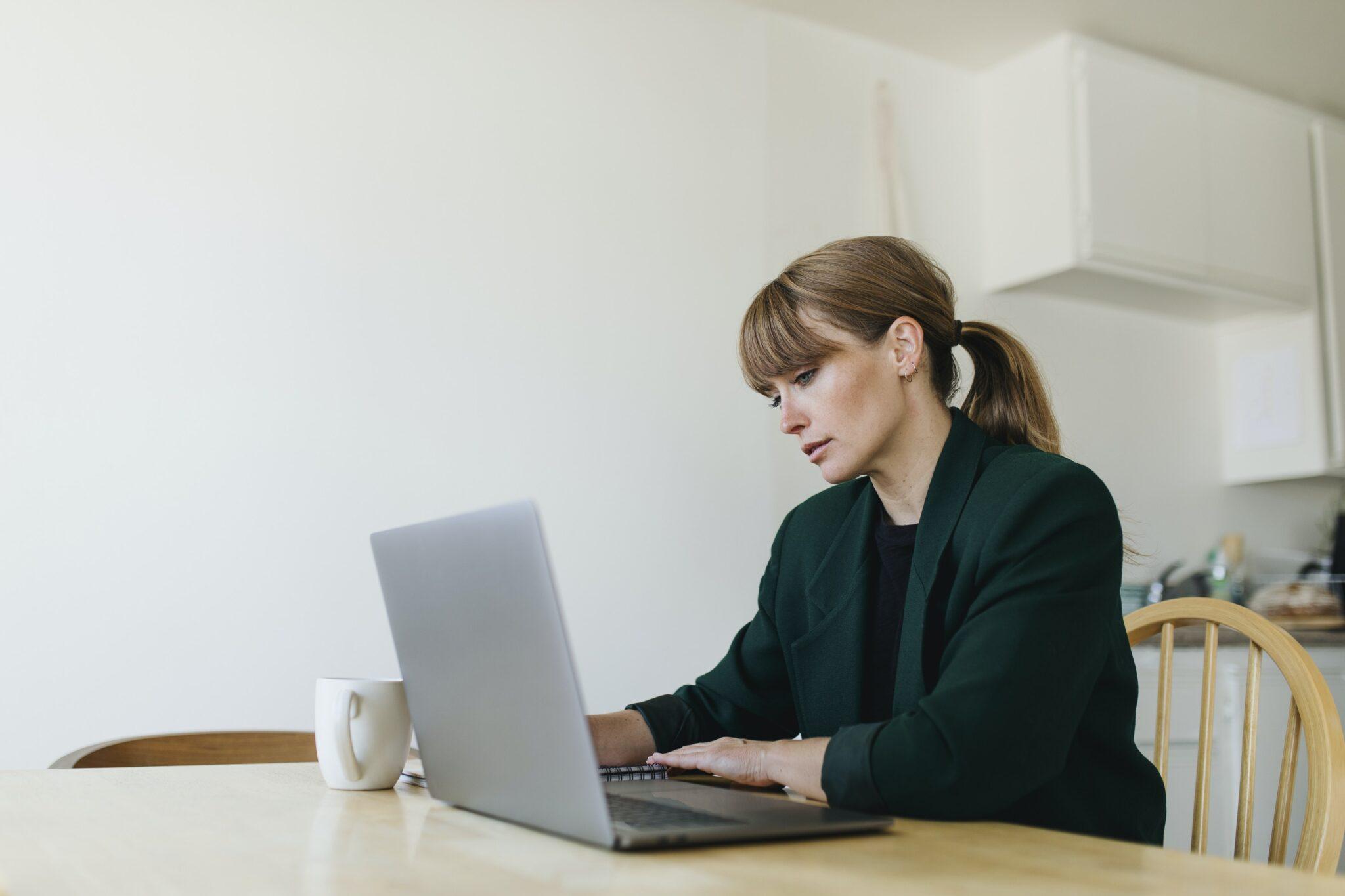 Foto de una mujer trabajando, representando alguien desarrollando una estrategia SEO, muy util para Encontrar nuevos clientes
