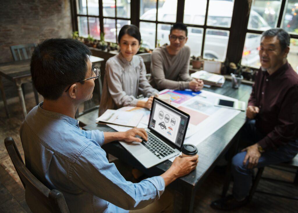 Asesores evaluando cómo hacer el marketing digital para una marca