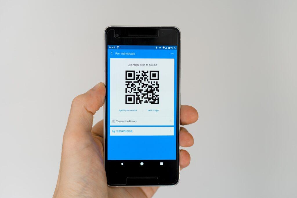 Foto de un teléfono celular smartphone con código QR para un artículo sobre marketing digital.