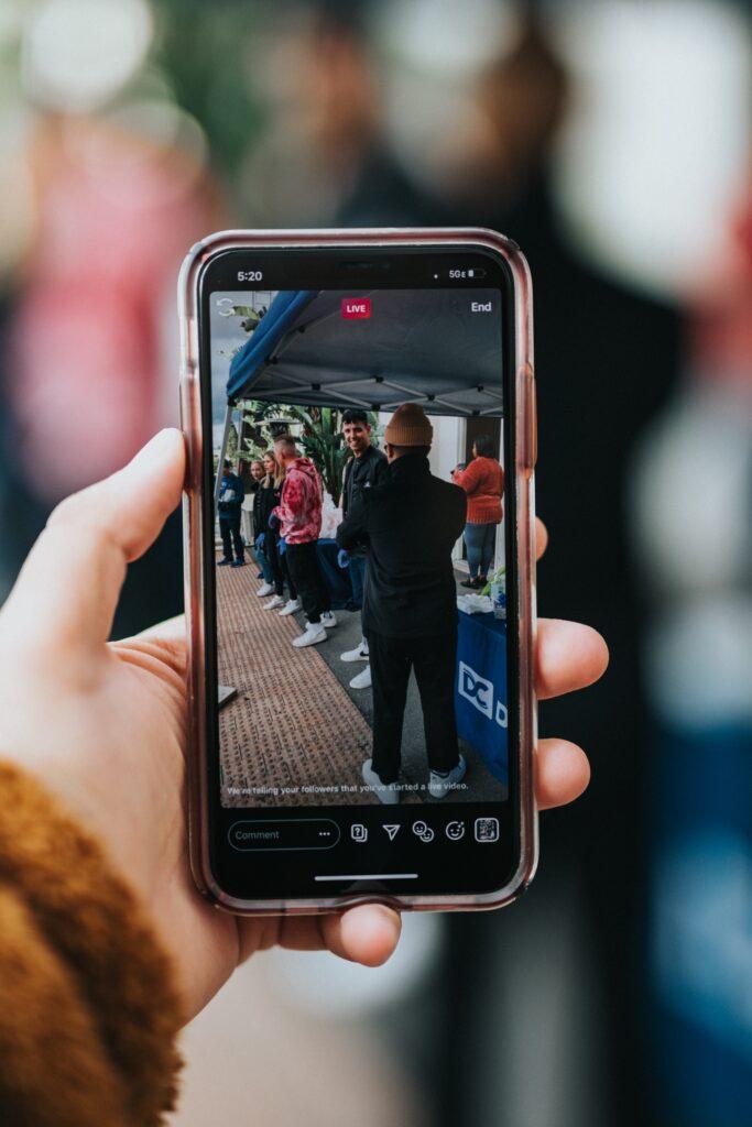 Los eventos virtuales ayudan a los consumidores a sentirse involucrados y comprometidos con una marca, aunque no estén allí físicamente.